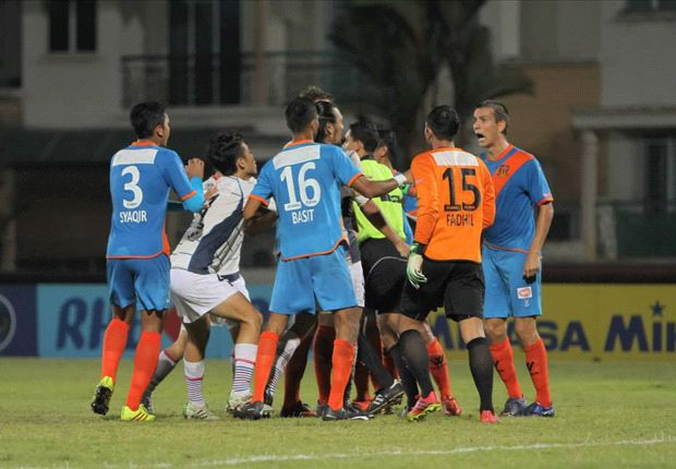 Both Warriors and Hougang players coming together after Toda's actions