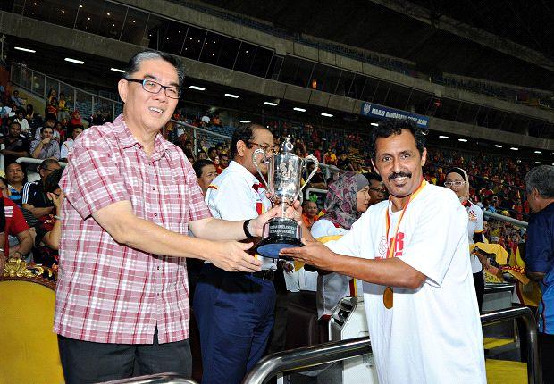 Malek Awab receiving the SOS trophy for the Singapore Veterans (Photo: FAS)