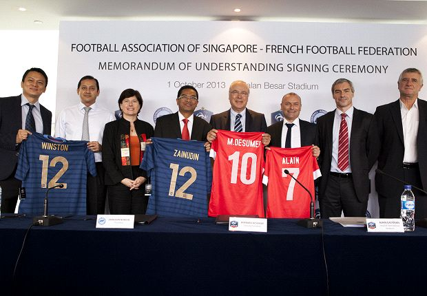 FAS and FFF exchange personalised jerseys to mark their MOU signing