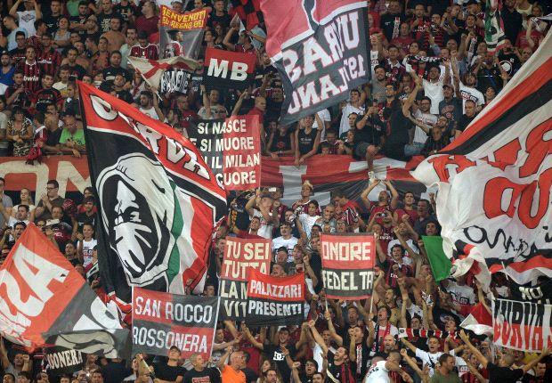 I tifosi del Milan festeggiano, porte riaperte
