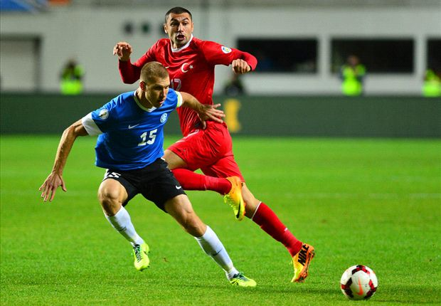 Yilmaz dan Klavan berebut bola.