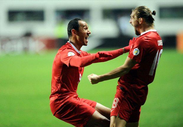 Umut Bulut y Caner Erkin, celebrando uno de los goles ante Estonia