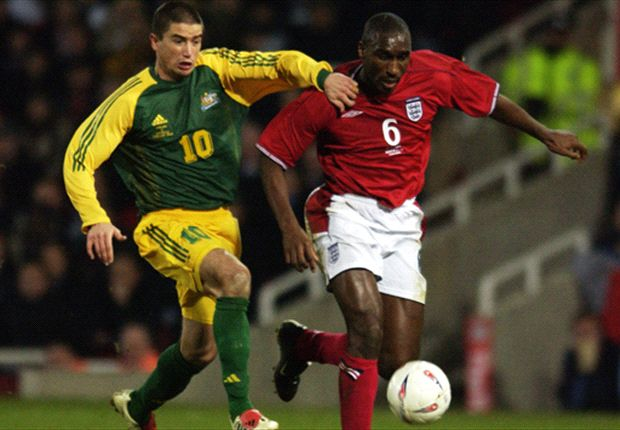 Harry Kewell battles with Sol Campbell