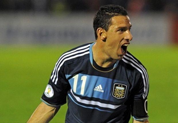 Maxi festeja uno de sus goles en la noche de Montevideo.