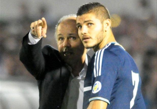 Alejandro Sabella le da indicaciones a Mauro Icardi, que sumó sus primeros minutos.