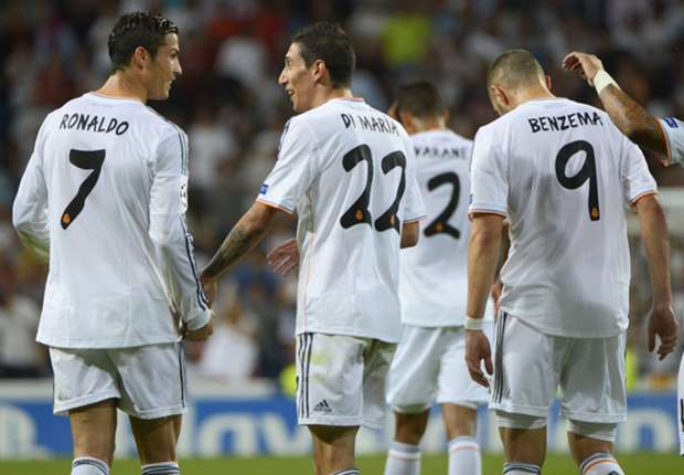 Real Madrid players celebrate a goal versus Levante