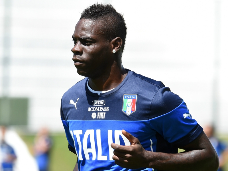 Balotelli tifoso davanti alla tv: L'Italia mi sta emozionando
