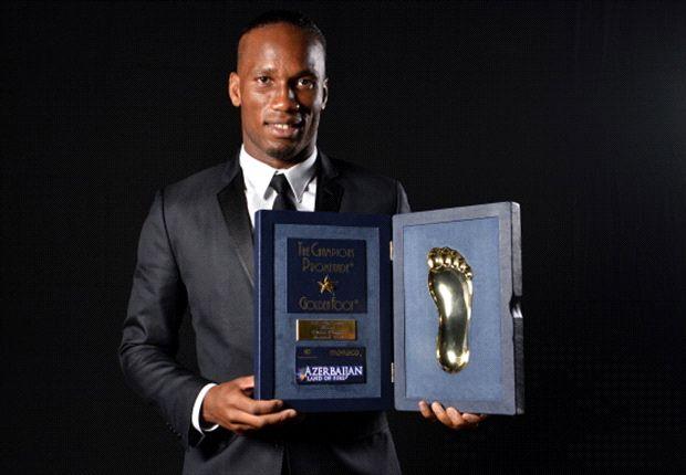 El marfileño posa con el trofeo Golden Foot 2013