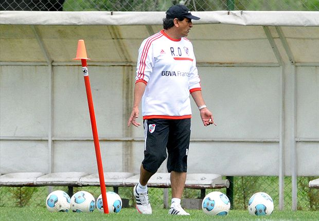 Ramón experimenta y el lateral izquierdo finalmente sería Osmar Ferreyra.