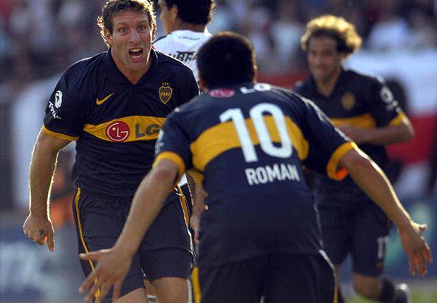 Otros tiempos: Martín se abrazaba con Román tras un gol a River. Este domingo se enfrentan.
