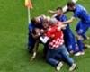 Un supporter fête le but avec la Croatie