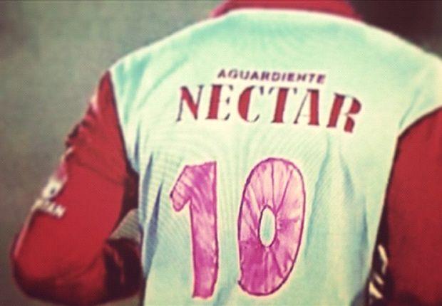 El capitán de Santa Fe lució su camiseta blanca con los números hechos con marcador