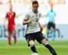 Arsene Wenger beobachtet Situation von Julian Draxler