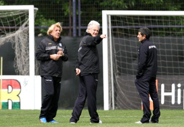 Reinaldo Merlo trabaja con su cuerpo técnico.