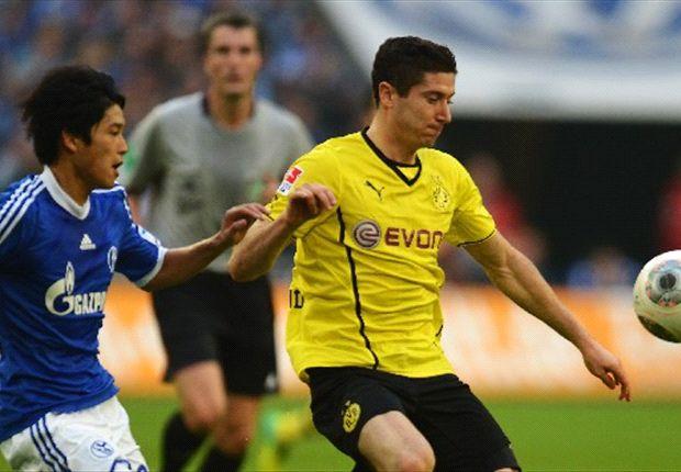 Robert Lewandowski behauptet den Ball gegen Atsuto Uchida