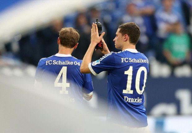 Schalkes Benedikt Höwedes und Julian Draxler gehen vom Platz