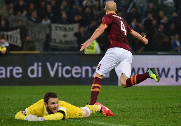 Ten-man Roma maintains 100 percent record