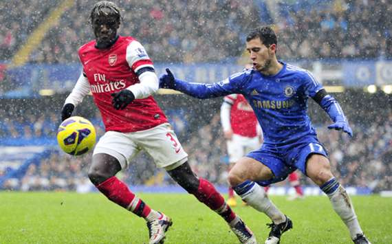 Arsenal and Chelsea players contest