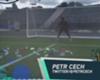 Goal en las redes: Petr Cech entrena entre decenas de botellas