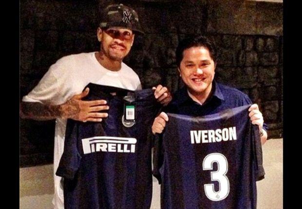 Allen Iverson exhibe la camiseta de Inter.