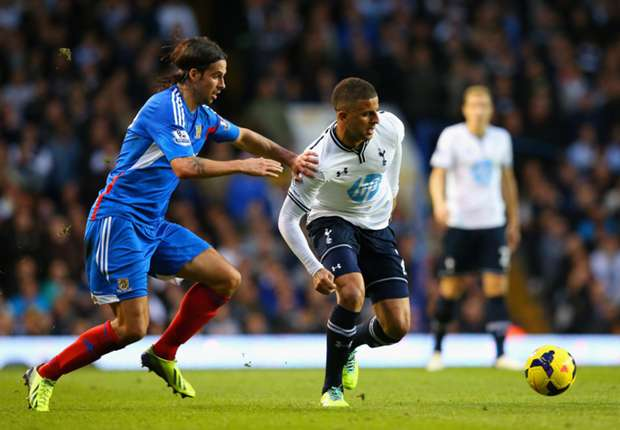 Walker eyes top four after Tottenham contract extension