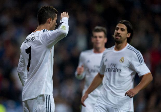 Bale y Benzema celebran un gol