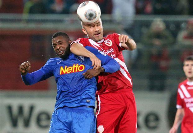 Energie Cottbus und der VfL Bochum in einer spannenden Partie im Kampf um den Ball