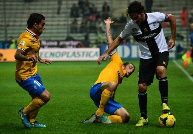 Un contrasto durante Parma-Juve
