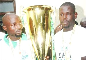 Gor Mahia custodian Ivo Mapunda (l) after winning 2013 KPL title.