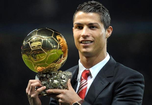 CR7 con el Balón de Oro que ganó en 2008