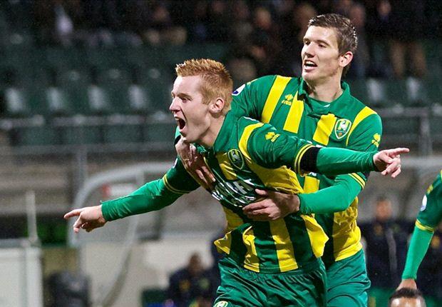Mike van Duinen viert de 2-0 met zijn teamgenoten