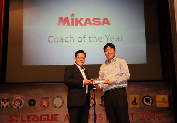 Home coach Lee Lim Saeng being presented with the 2013 S.League Coach of the Year award.