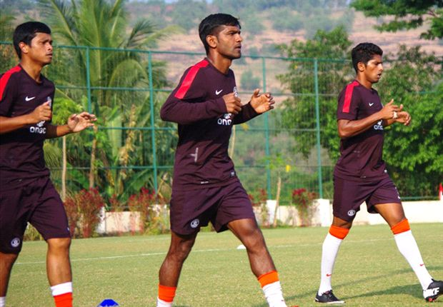 Fernandes (center) backs club-mate Clifton Dias to do well