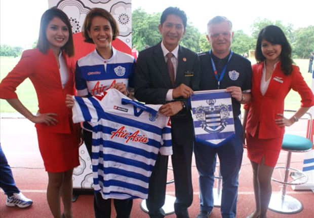 Hassan (centre), Evans (second right) and Aireen (second left) after the presentation of a QPR jersey. Photo Credit: Borneo Post