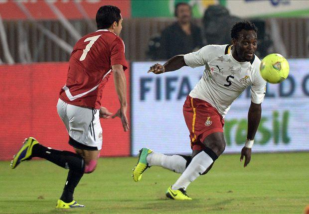 Ahmed Fathy mira cómo controla el ghanés Michael Essien