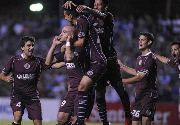 Santiago Silva celebra el 1-0.