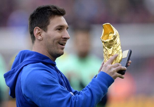 Leo le presenta el premio a la hinchada blaugrana, que lo ovacionó.
