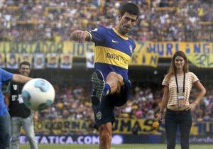 El serbio Novak Djokovic recibió el carnet de socio de San Lorenzo, pero días después posó con la camiseta de Boca en La Bombonera y pateó unos penales.
