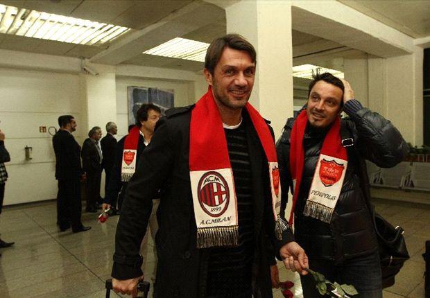 Paolo Maldini con la sciarpa rossonera