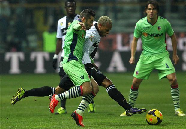 Biabiany tenta di sfuggire a Morleo: è 1-1 tra Parma e Bologna.