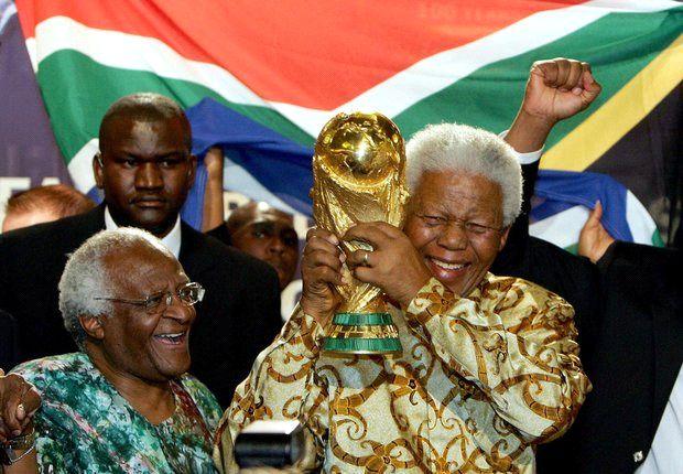 """""""Helden sterben nie"""" - Reaktionen aus der Fußballwelt auf den Tod Mandelas"""