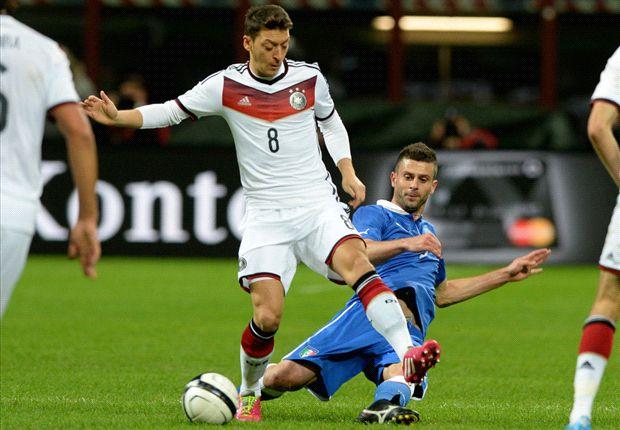 Mesut Özil dirigiert das Spiel der deutschen Nationalmannschaft