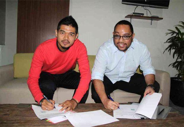 Bambang Pamungkas saat menandatangani kontrak