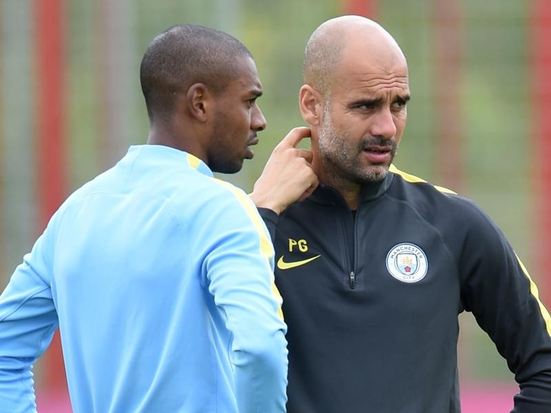 Manchester City, Guardiola louangeur sur Fernandinho