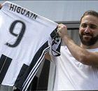 Higuain mostra la maglia: la 9 della Juve