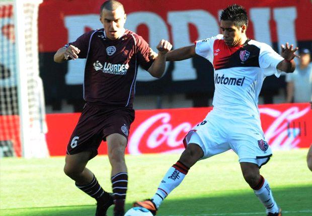 Silva lucha la pelota. El uruguayo peleó mucho contra los defensores.