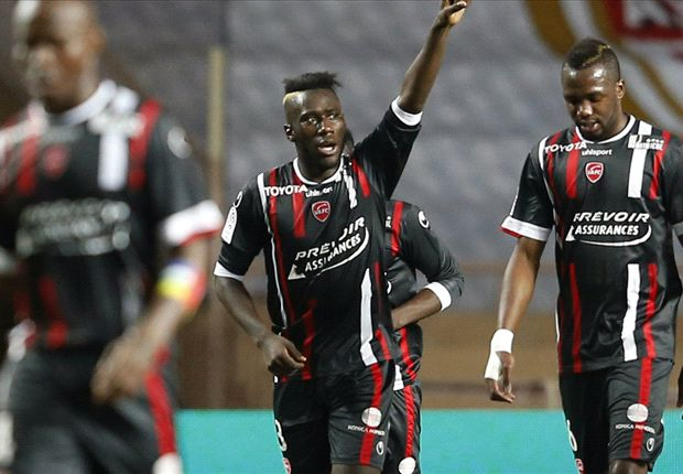 Masuaku celebra uno de los goles.