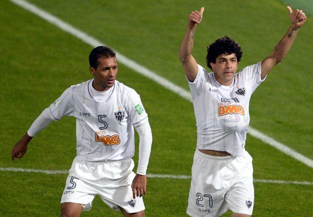 Luan celebra con Pierre el gol sobre la hora que le dio la victoria a Atlético Mineiro.