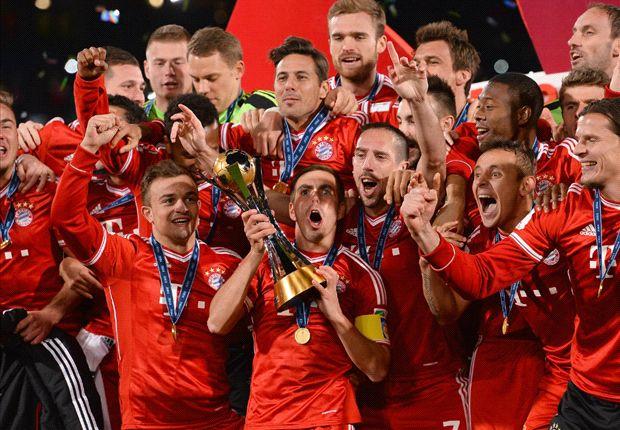 Kapitän Philipp Lahm reckt den Klub-WM-Pokal in die Höhe