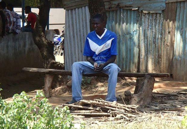 Fernando se encontró con una camiseta de Vélez en Kenia.